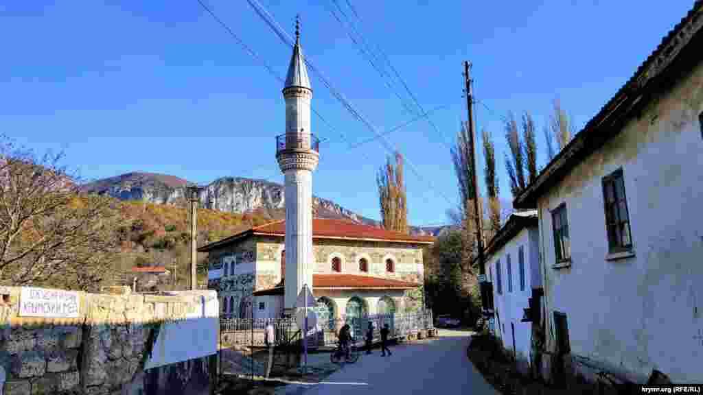 Мечеть Коккоз-Джамі розташована в селі Соколине (раніше – Коккоз) Бахчисарайського району. Назва походить від однойменного села, з кримськотатарської мови перекладається як «синьоокий». До травня 1944 року в селі жили переважно кримські татари, але після депортації Коккоз перейменували у Соколине