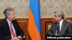 Armenia - President Serzh Sarkisian (R) meets with U.S. Deputy Secretary of State William Burns, 19Oct2011.