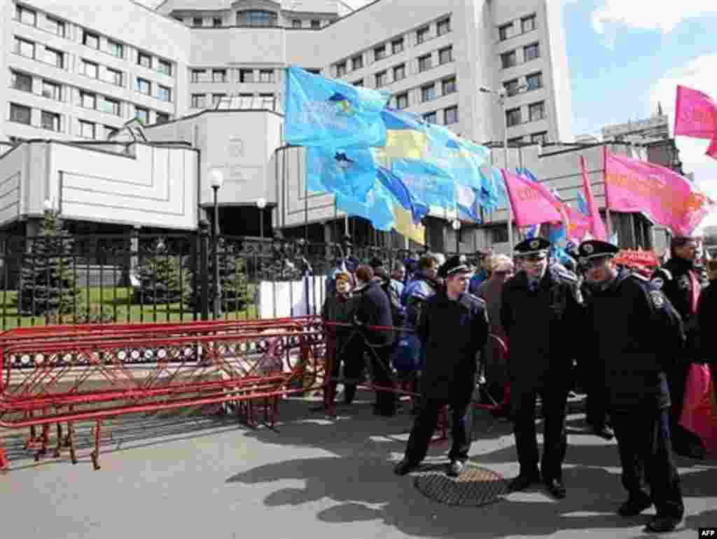 Orange Vs. Blue - Ruling-coalition supporters rally near the Constitutional Court building in Kyiv on April 11. (photo: AFP)