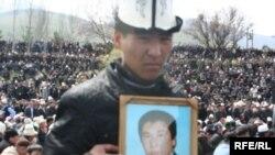 Апрель ыңкылабында курман болгондордун сөөгү Ата Бейитке коюлду. 10-апрель 2010-жыл