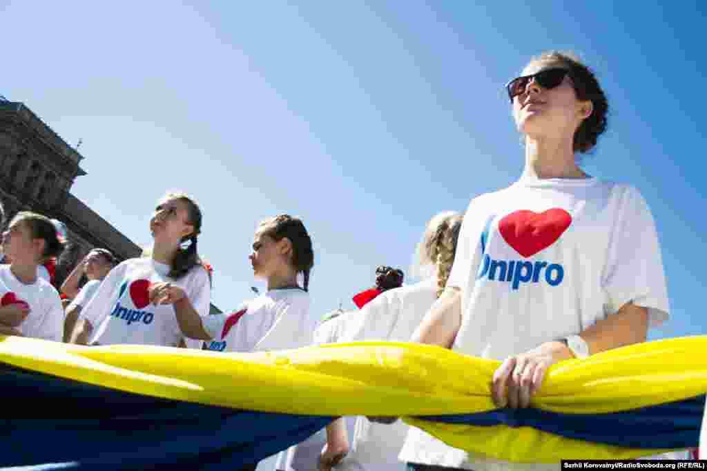Місто активно «розкручувало» свою нову назву, «без Петровського». Написи «Дніпро» можна було зустріти й на футболках містян...