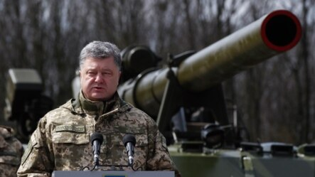 Петро Порошенко під час відвідин однієї з військових частин, квітень 2016 року