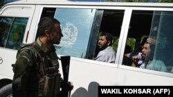 سرباز افغان در حال صحبت با طالبانی که از سوی حکومت افغانستان رها شده اند.