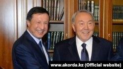 Әділбек Жақсыбеков (сол жақта) пен Нұрсұлтан Назарбаев