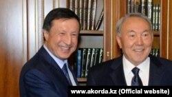Әділбек Жақсыбековтің (сол жақта) Астана әкімі болып тағайындалған сәті. Көрнекі сурет. 22 қазан 2014 жыл