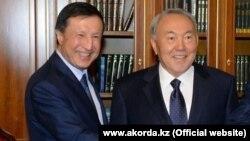 Президент Казахстана Нурсултан Назарбаев и Адильбек Джаксыбеков (слева). Астана, 22 октября 2014 года.
