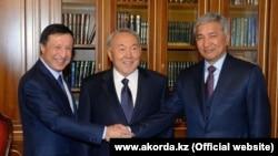 Адильбек Джаксыбеков — экс-аким Астаны, ныне руководитель администрации президента (слева), президент Нурсултан Назарбаев (в центре) и Имангали Тасмагамбетов. Астана, 22 октября 2014 года.