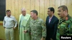 Кандагар уәлаяты полициясының басшысы Абдул Разак (сол жақта) пен Ауғанстандағы НАТО күштерінің қолбасшысы АҚШ армиясының генералы Скот Миллер (ортада) Кандагар губернаторының кеңсесіндегі жиында. 18 қазан 2018 жыл.