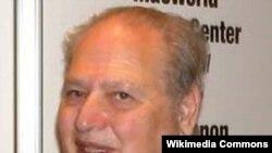 ران وین، یکی از سه مؤسس شرکت اپل که سهم ده درصدی خود در این شرکت را تنها با ۸۰۰ دلار معامله کرد.
