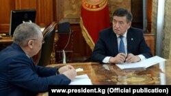 Президент Сооронбай Жээнбеков жана акыйкатчы Токон Мамытов. 07.02.2020
