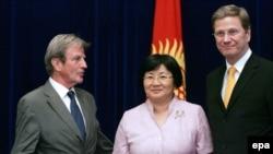 Кыргыз президенти Франция жана Германия тышкы иштер министрлери менен, Бишкек, 16-июль.