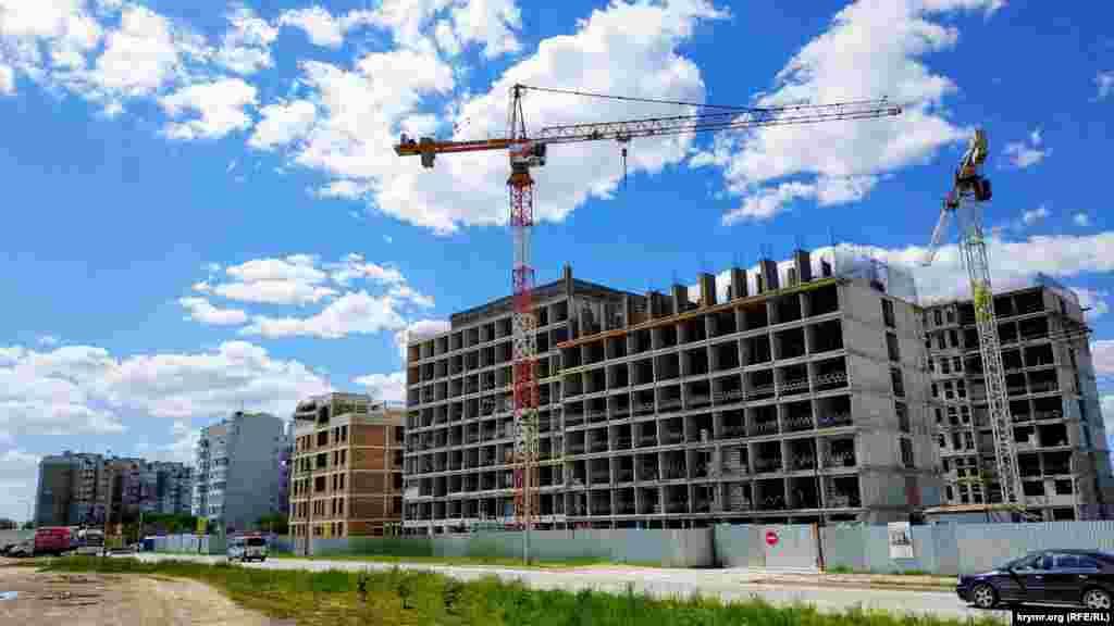 Поруч триває будівництво багатоповерхівки. Будівлю планують здати в експлуатацію у вересні 2021 року
