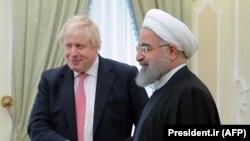 این تصویر از حسن روحانی و بوریس جانسون در دسامبر سال ۲۰۱۷ و در زمان دیدار وزیر خارجه بریتانیا (آقای جانسون در آن زمان) از تهران گرفته شدهاست.