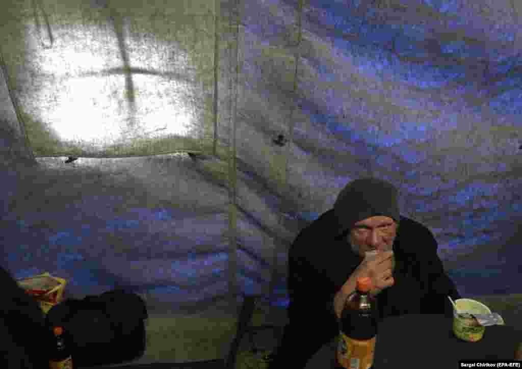 Бяздомны ў спэцыяльным пункце харчаваньня сацыяльнай службы РПЦ ў Маскве.