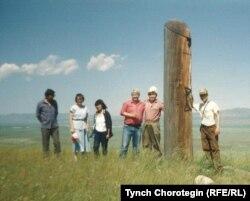 Хакасиянын эгемендик белгисинин жанында. Сол жактан үчүнчү - Эркине Бутанаева. 1995.