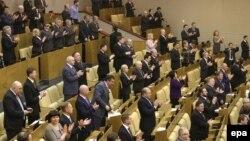 Депутати у Держдумі Росії аплодують після голосування за «приєднанням Криму» до Росії. 20 березня 2014 року