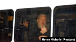 Julian Assange u policijskom kombiju na putu ka sudnici