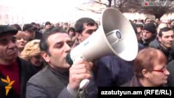 ԲՀԿ ակտիվիստ Արտակ Խաչատրյանը «Շրջանառության հարկի» դեմ ակցիաներից մեկի ժամանակ, 26-ը հունվարի, 2015թ.