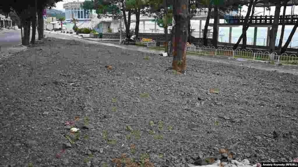 Майданчик під колишнім кафе біля овочевого ринку встигли зрівняти з землею