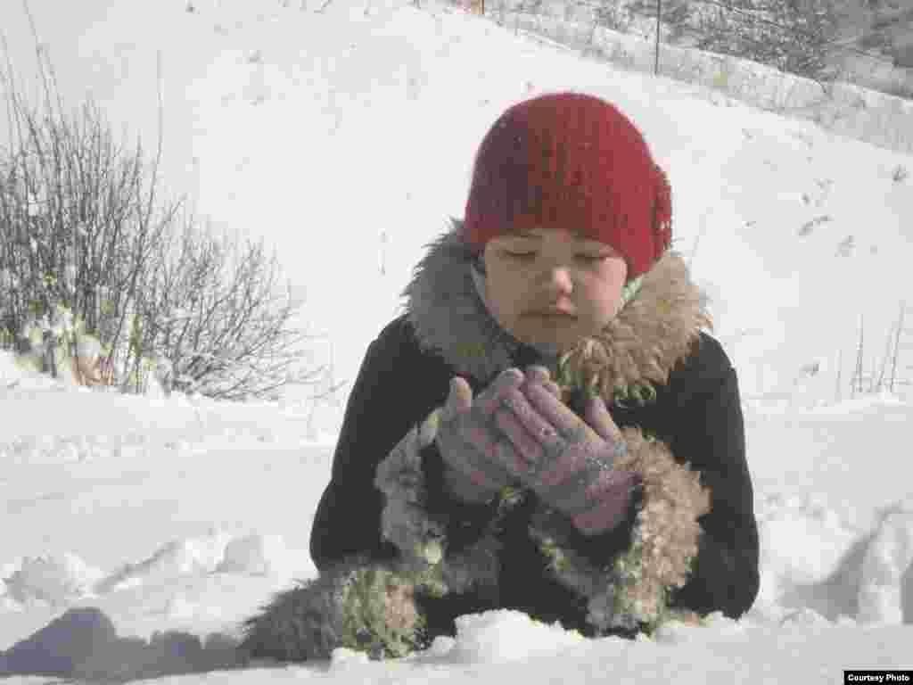 Меруерт Қасымбек, 15 жаста. «Жаралы сезім», «Жетімдер» (басты роль), «Менің де атым Қожа» фильмдерінде ойнаған.