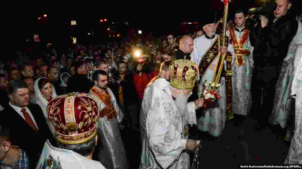 Хресна хода у Великодню ніч в Володимирському соборі за участю Філарета, президента України Петра Порошенка та його дружини Марини, вірян