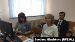 Эксперт-психолог Светлана Черникова (справа) и адвокат Снежанна Ким перед судебным разбирательством по делу Анны Белоусовой. Астана, 20 апреля 2018 года.