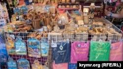 Асортимент сувенірного ринку в Алушті