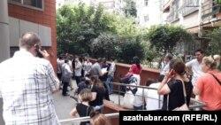 Stambul. Göç edarasynyň öňünde nobata duran migrantlar.