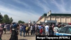 Торговцы центрального рынка на протестной акции и полицейский автомобиль. Нур-Султан, 14 мая 2020 года.