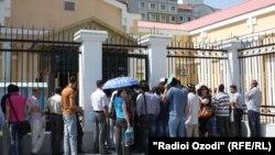 Навбати муддаиёни шаҳрвандии Русия дар пушти дари сафораташ дар Душанбе. Июли 2014