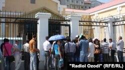 граждане Таджикистана перед зданием посольства России в Душанбе