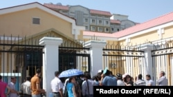 Желающие перебраться в Россию по государственной программе по переселению у посольства РФ в Душанбе. Архивное фото