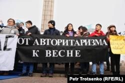 Активісти молодіжного руху «Oyan, Qazaqstan» з плакатами біля монумента Незалежності. Алмати, 16 грудня 2019 року