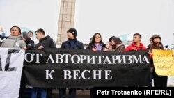 Активисты молодежного движения «Oyan, Qazaqstan» с плакатами у монумента Независимости. Алматы, 16 декабря 2019 года.