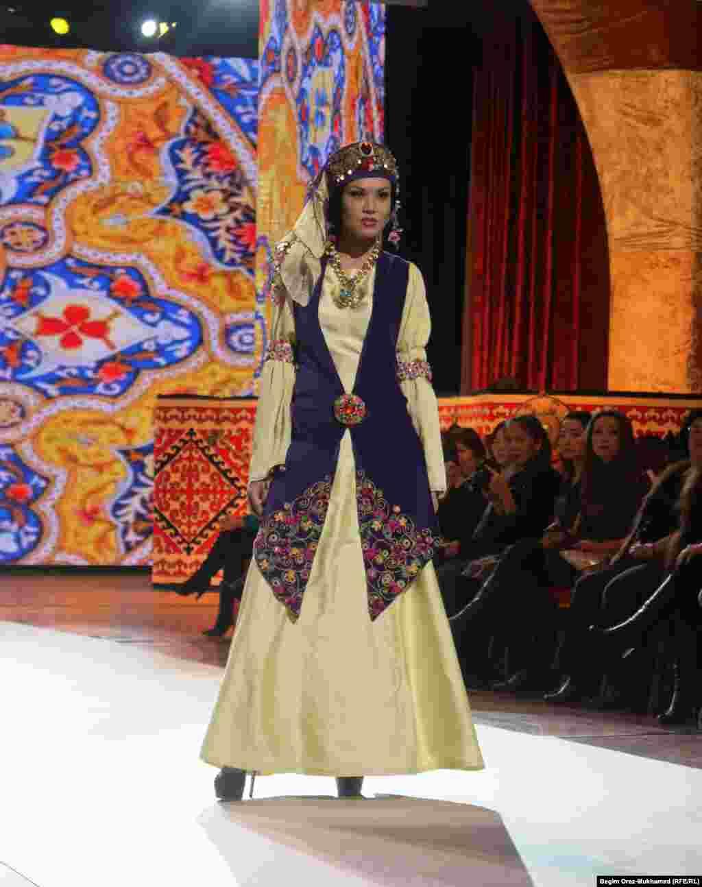 Показ национальной одежды на сцене фестиваля моды в Астане.