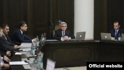 Հայաստանի նոր կառավարությունը իր առաջին նիստի ժամանակ, որը վարում է նախագահ Սերժ Սարգսյանը, Երեւան, 8-ը մայիսի, 2013թ․