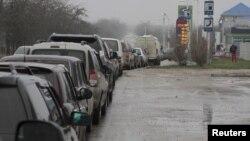 Cars queue outside a petrol station in Yevpatoriya, Crimea, on November 25.