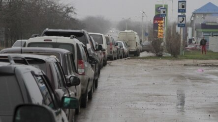 Cars queue outside a petrol station in Yevpatoriya, Crimea, on November 25.