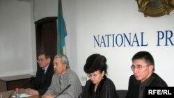 Ұлт-патриоттары белсенділері «БТА» банкінің Сбербанкіне сатылуына наразы.Алматы, 4 ақпан,2009 жыл.