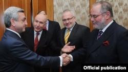 Բեռնար Ֆասիեն Հայաստանի նախագահին է ներկայացնում ԵԱՀԿ-ի Մինսկի խմբի ֆրանսիացի համանախագահի պաշտոնում իրեն փոխարինող Ժակ Ֆորին, Երեւան, 28-ը նոյեմբերի, 2011թ.։ Լուսանկարը` նախագահի մամլո գրասենյակի
