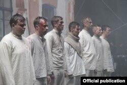 Кадр из фильма: студенты и гимназисты перед расстрелом