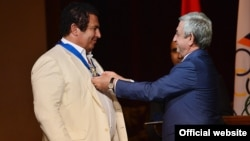 Armenia - Serzh Sarkisian gives a medal to businessman Gagik Tsarukian, 18 Sept2016