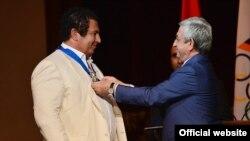 Սերժ Սարգսյանը Գագիկ Ծառուկյանին պարգևատրում է Պատվո շքանշանով