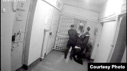 Удмуртия. Избитого до полусмерти Руслана Баранова тащат в медицинский кабинет Ягульского изолятора