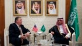 ABŞ-nyň döwlet sekretary Maýk Pompeo (ç) we Saud Arabystanynyň daşary işler ministri Adel al-Jubeir (s), Riýad, 16-njy oktýabr, 2018