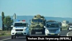Колонну российской военной техники сопровождает ВАИ