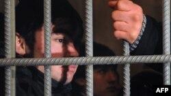 Мәскеудегі Қазан вокзалында қамауда отырған заңсыз өзбек мигранттары. Ресей, 24 қаңтар 2012 жыл.