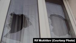 Разбитое окно в доме калининградского активиста Рифа Мухитова после нападения в октябре