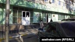 """Aşgabadyň Şewçenko köçesiniň ugrundaky """"Halkbankyň"""" bölüminde-de häzirlikçe mugt benzin talony berilmeýär."""