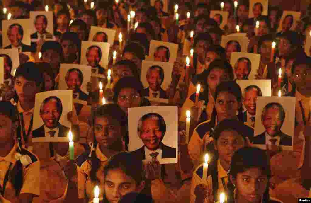 """5 декабря в возрасте 95 лет ушел из жизни лидер движения против апартеида в Южной Африке и первый чернокожий президент страны Нельсон Мандела. Политики и общественные деятели во всем мире выразили соболезнования в связи с кончиной Манделы. Генеральный секретарь ООН Пан Ги Мун назвал его """"гигантом справедливости"""", отметив, что борьба Манделы за равенство и свободу вдохновляла многих людей. Нельсон Мандела ушел из общественной жизни в 2004 году. За свою жизнь ему удалось многое, а именно изменить свой народ не насильственным путем, а моральным примером."""